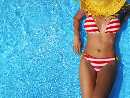 chapeaux: Femme de d�tente dans une piscine