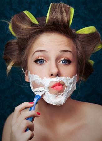 depilacion: Que afeita la cara de la muchacha