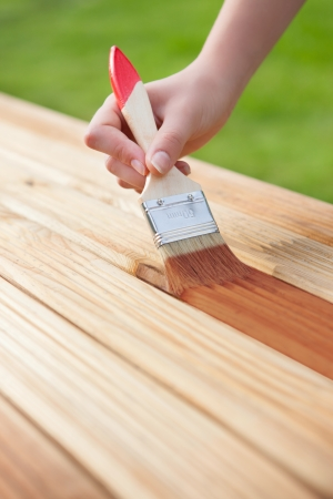 木製の家具を保護ニスを適用します。 写真素材