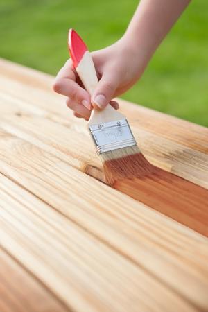 muebles de madera: La aplicación de barniz protector sobre un mueble de madera