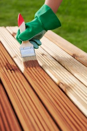 La aplicaci�n de barniz protector sobre un mueble de madera photo