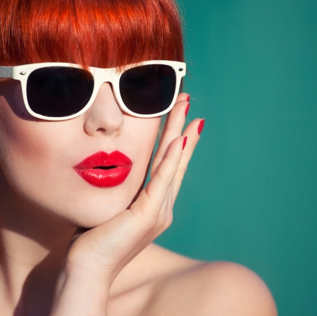 labios sensuales: Colorido verano Retrato de una mujer joven y atractiva