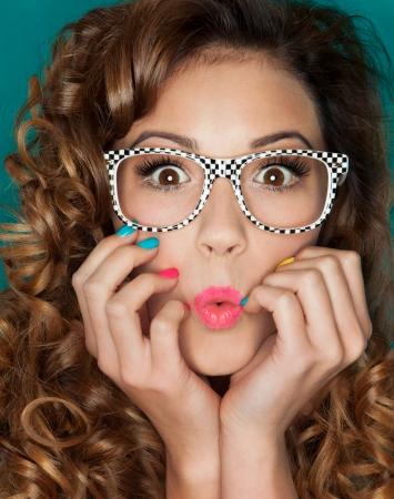 sorprendido: Mujer sorprendida atractiva joven con gafas