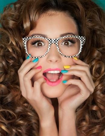 안경을 착용하는 젊은 매력적인 여자 깜짝