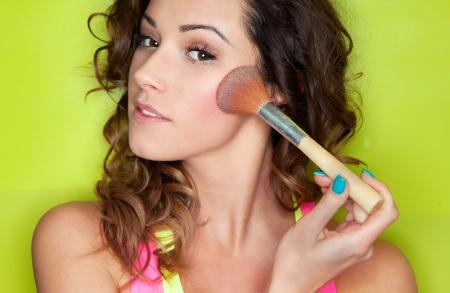 mujer maquillandose: Aplicación de maquillaje concepto, mujer con cepillo de cosméticos Foto de archivo