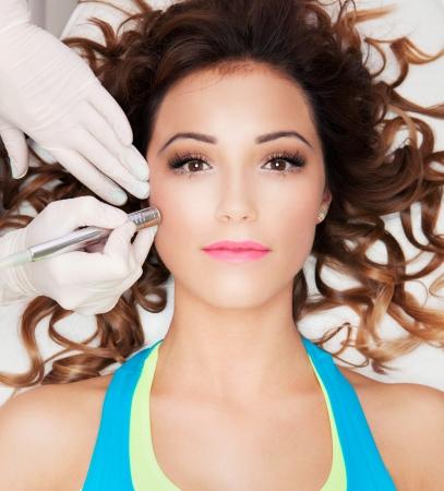 의료 스파 센터에 점점 여자의 얼굴 레이저 치료 스톡 콘텐츠