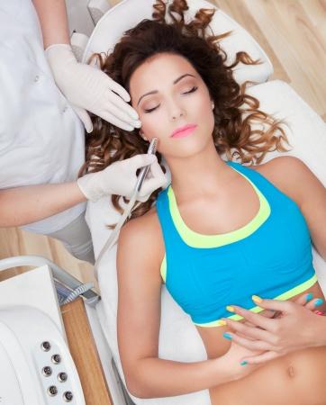 rejuvenating: Donna ottenere un trattamento laser viso nel centro termale medico