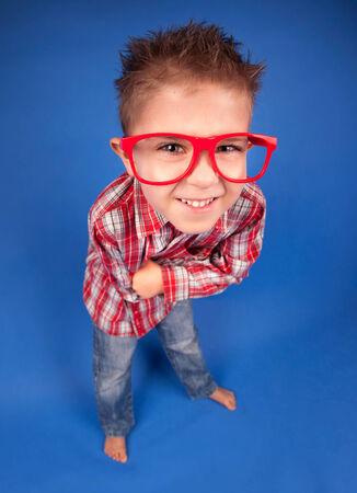 five years old: Allegro divertente di cinque anni ragazzo indossa occhiali Archivio Fotografico