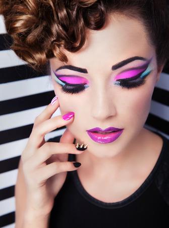 maquillaje de ojos: Joven y bella mujer de la moda de maquillaje y arte de uñas
