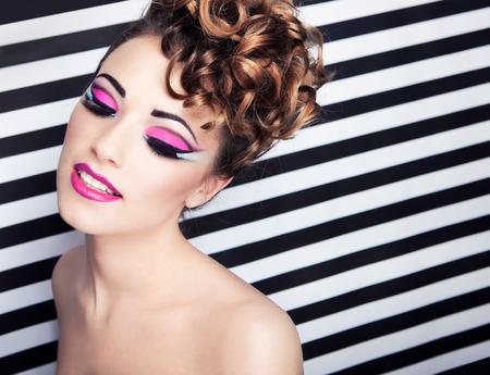 Face Close up der schönen jungen Frau mit professionellen Make-up-Party Standard-Bild - 25820966