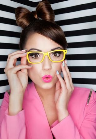 Attraktive junge Frau überrascht Brille auf gestreiften Hintergrund, Schönheit und Mode-Konzept Standard-Bild - 26964632