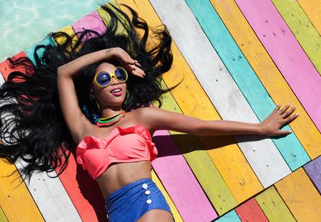 american sexy: Тропический летний отдых моды концепция - загар женщина на деревянном пирсе
