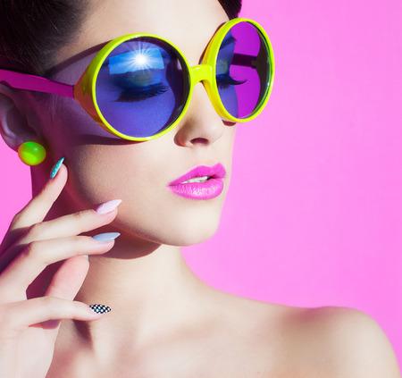 gafas de sol: Colorido verano Retrato de una atractiva joven con gafas de sol