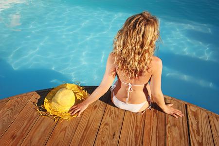 Sommerurlaub Mode-Konzept - Gerbung Frau im Schwimmbad Standard-Bild - 30188204