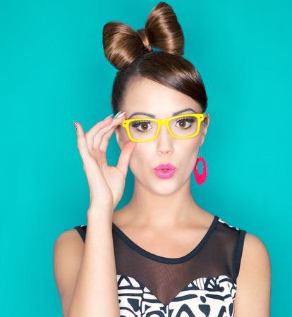 buns: Atractivos sorprendido joven mujer con gafas, la belleza y el concepto de moda