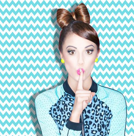 Jeune femme à la mode attrayant avec le doigt sur les lèvres, le concept secrète Banque d'images