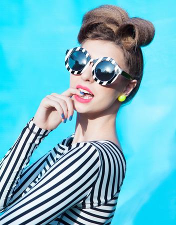Bunte Porträt der jungen attraktiven Frau überrascht Standard-Bild - 32614249