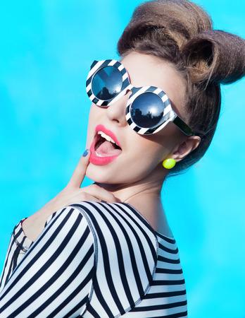 Junge attraktive Frau mit Sonnenbrille gestreiften Standard-Bild - 32614250