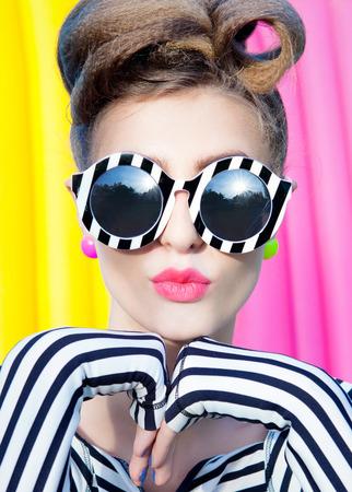 cerrar: Colorido retrato de mujer joven y atractiva