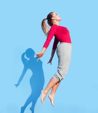 Moderne Frauentänzer, und sprang Standard-Bild - 32614242