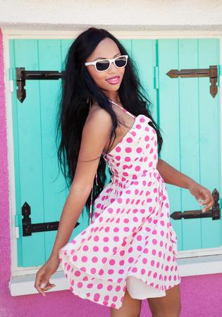 매력적인 젊은 아프리카 계 미국인 여자 선글라스를 착용