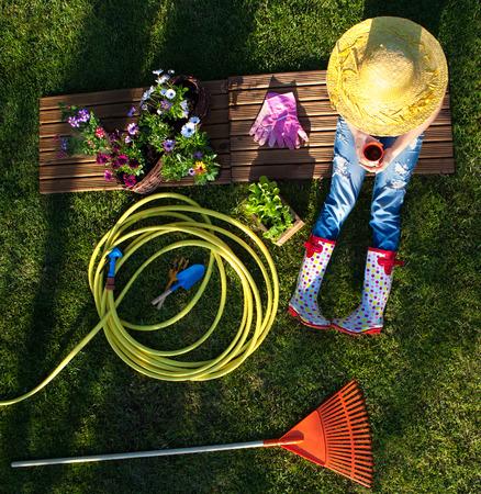 庭での作業中に休憩を持つ女性