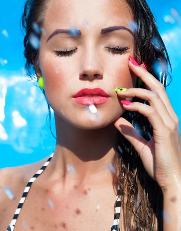수영장, 여름 아름다움 개념으로 젊은 여자