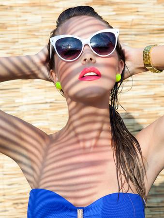 Sommer-Porträt der jungen attraktiven Frau mit Sonnenbrille Standard-Bild - 39250044