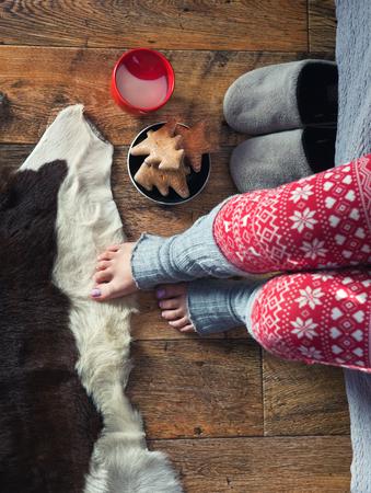 Close-up van de vrouw dragen Kerst druk pyjama met warme melk en peperkoek. Winter Xmas concept.