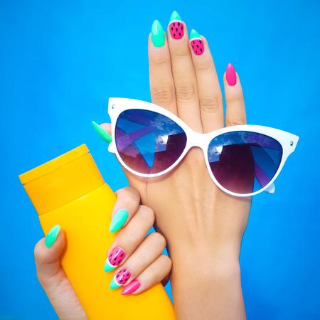 여름 패션과 아름다움 핸드 케어 개념, 수 박 젤 손톱 선글라스와 썬 스크린 로션을 들고와 여자 스톡 콘텐츠