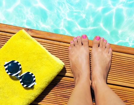 여름 휴가 패션 셀카 개념 - 여름 액세서리와 함께 수영장에서 목조 부두에 여성; 선글라스, 수건 스톡 콘텐츠