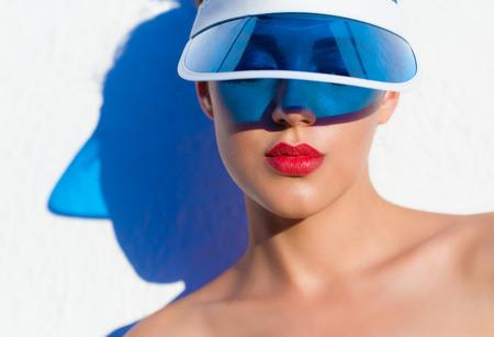 Sommer-Strand-Stil Gesicht Lippen Nahaufnahme Porträt einer schönen jungen Frau mit Sonnenblende. Mode Schönheit und Lippen Make-up Kosmetik-Konzept Standard-Bild - 61832842