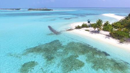 Panoramische Landschaftsmeervogelperspektive über der Malediven-männlichen Atollinsel. Leerer weißer sandiger Strand mit dem Leibwächterturm gesehen von oben Standard-Bild - 74464737