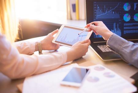 Bedrijfsmensen Vergadering Planning Analyse Statistieken Brainstormen. Financiering statistieken strategie succes concept Stockfoto