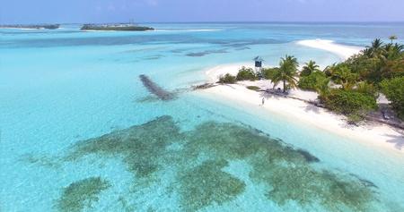 Panoramische Landschaftsmeervogelperspektive über der Malediven-männlichen Atollinsel. Leerer weißer sandiger Strand mit dem Leibwächterturm gesehen von oben Standard-Bild - 76879504