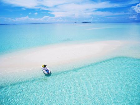Landschaftsmeerblickvogelperspektive über Malediven Male Atoll Sandbankinsel. Jet Ski am weißen Sandstrand Standard-Bild - 76879945