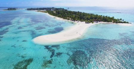 Panoramische Landschaftsmeerblickvogelperspektive über Malediven Male Atoll Islands. Weißer sandiger Strand von oben gesehen. Standard-Bild - 74464713
