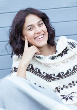 Junge schöne glückliche Frau, brünett nordische Art Poncho in Decke bedeckt tragen. Standard-Bild - 74592376