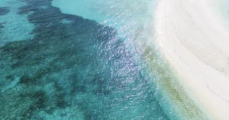 Panoramische Landschaftsmeervogelperspektive über einer Malediven-Insel des männlichen Atolls und einem leeren weißen sandigen Uferküstenlinienstrand Standard-Bild - 74620211