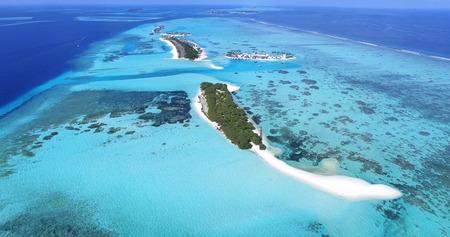 Panoramische Landschaftsmeerblickvogelperspektive über Malediven Male Atoll Islands. Weißer sandiger Strand von oben gesehen. Standard-Bild - 74620212