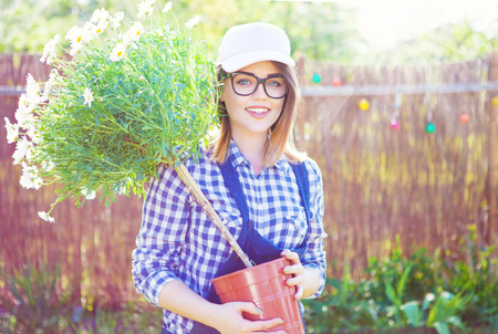 Freundliche junge Frau. Gartenarbeit Konzept. Standard-Bild - 74620216