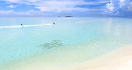 Malediven Insel Indischer Ozean Jetski Wakeboard Antenne Draufsicht. Türkiswasser weißer Sandstrand Standard-Bild - 74464742