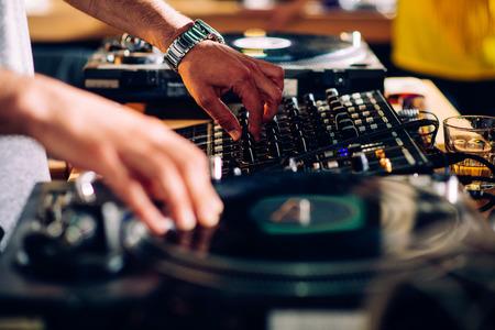 DJs mãos na plataforma giratória Imagens
