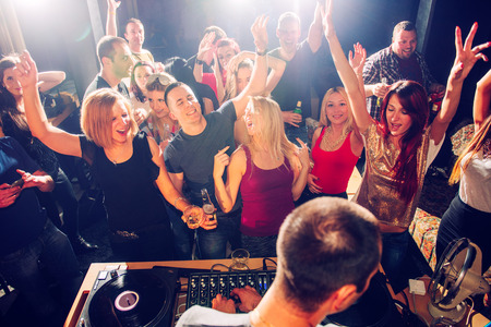 fiesta dj: Parte de personas delante de DJ