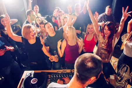 Partij mensen in de voorkant van DJ