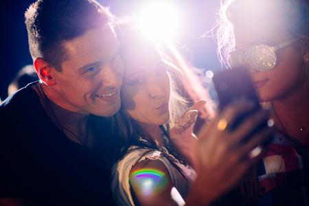 Party people tomando selfie Imagens