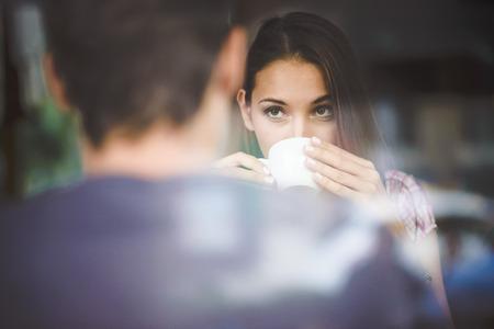 dattes: Jeune couple sur premi�re date de boire du caf� Banque d'images
