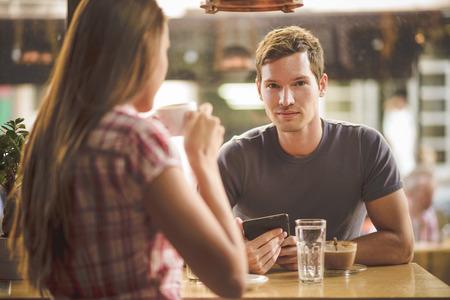 Jovem casal no café beber primeiro encontro
