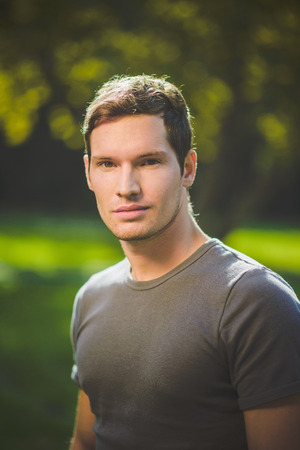 Young man outdoors portrait Imagens