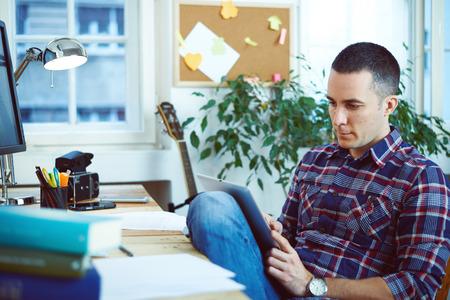 trabajando en casa: Hombre trabajando en casa